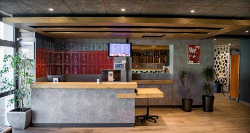 The lobby or reception area at ibis budget Avignon Centre