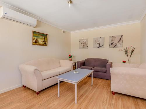 A seating area at Lovely homely convenient holiday house