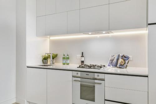 A kitchen or kitchenette at New One-Bedroom with Sweeping Views
