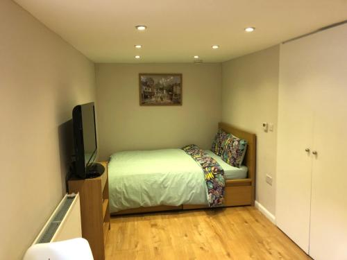 A bed or beds in a room at Agars Place, Datchet