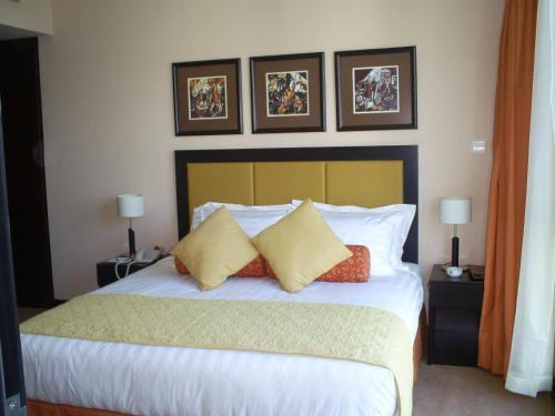 سرير أو أسرّة في غرفة في المنزل للشقق الفندقية