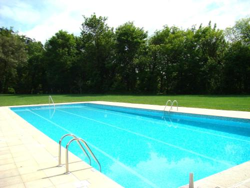 The swimming pool at or near Chalé de Soutelinho