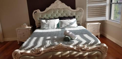A bed or beds in a room at Living Paradise