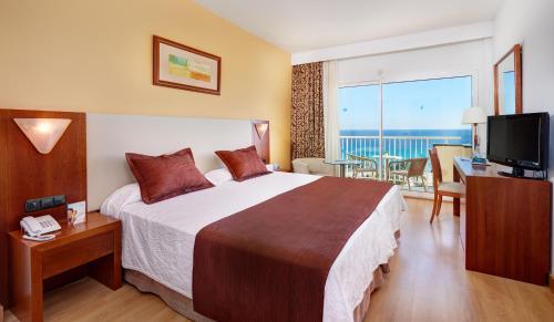 Een bed of bedden in een kamer bij CM Castell de Mar