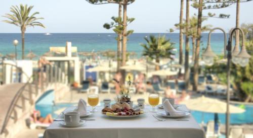 Een restaurant of ander eetgelegenheid bij CM Playa del Moro
