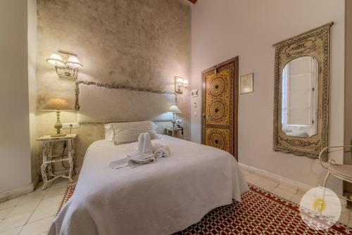 A bed or beds in a room at Hotel Argantonio