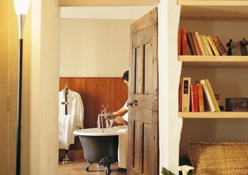 A bathroom at La Maison Sur La Sorgue - Esprit de France