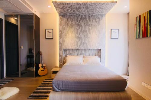 A bed or beds in a room at Luxurious & Romantic in the Heart of BKK. MRT/BTS!