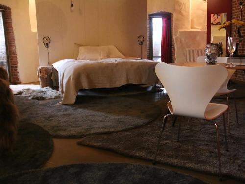 A bed or beds in a room at De Pelsertoren