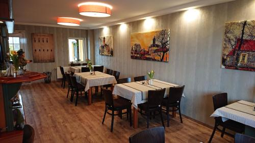 A restaurant or other place to eat at Gasthaus Zur Hecke