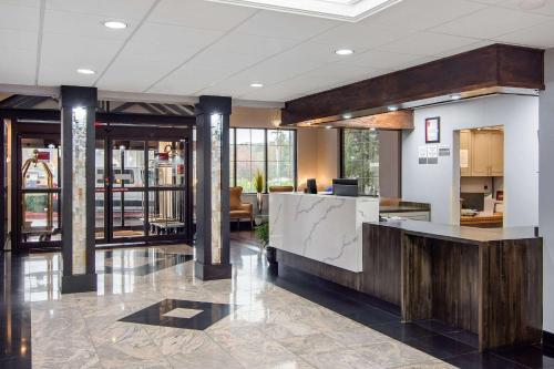 The lobby or reception area at Clarion Suites Duluth I-85