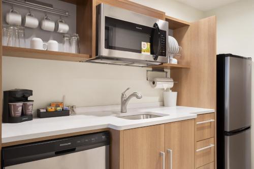 A kitchen or kitchenette at Home2 Suites By Hilton Warminster Horsham