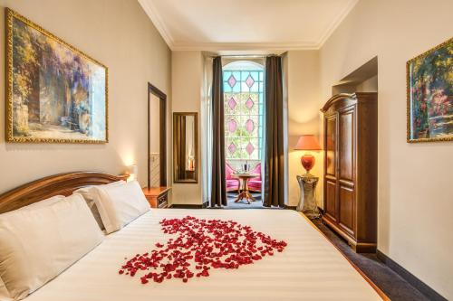 A bed or beds in a room at Rome Garden Hotel