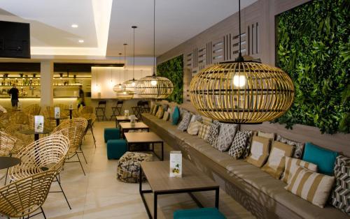 The lounge or bar area at Hotel Ereza Mar