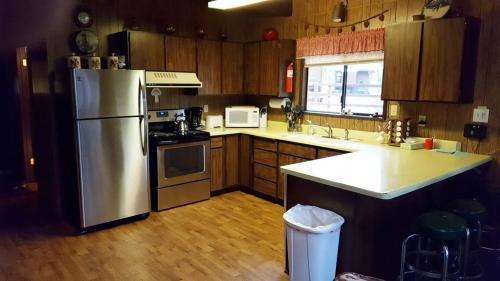 A kitchen or kitchenette at Alpine Thyme Cabin
