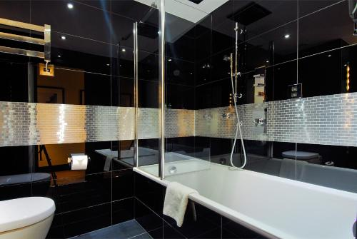 A bathroom at The Montcalm Marble Arch