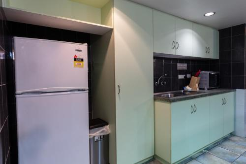 A kitchen or kitchenette at Sails Geraldton Accommodation
