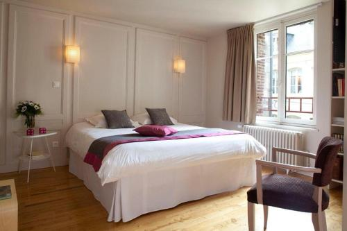 A bed or beds in a room at L'Adresse Honfleur
