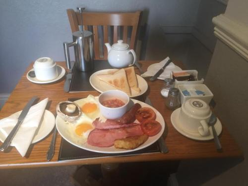Breakfast options available to guests at Kinder Lodge