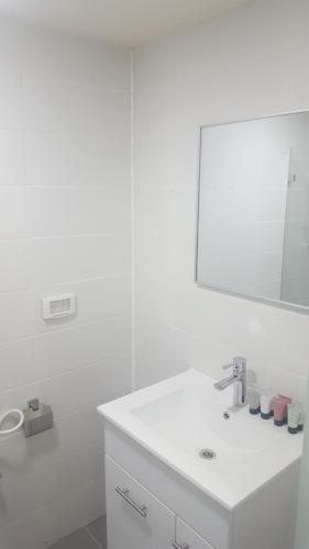 A bathroom at Sur La Mer Hotel Ashdod