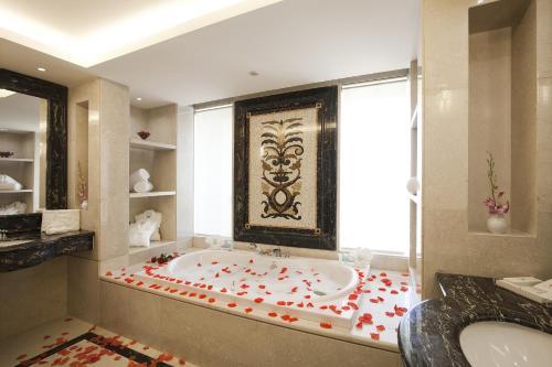 A bathroom at Ramada Plaza by Wyndham Beirut Raouche
