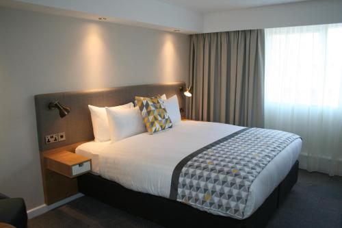A bed or beds in a room at Holiday Inn South Normanton M1, Jct.28, an IHG Hotel