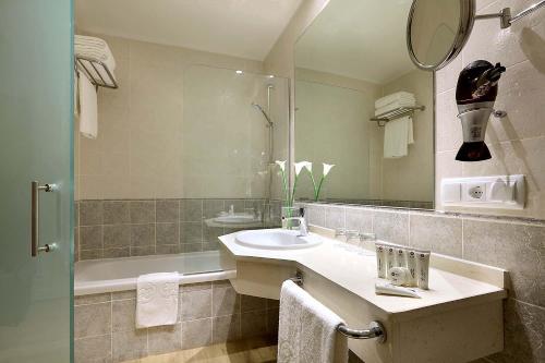 A bathroom at Exe Isla Cartuja