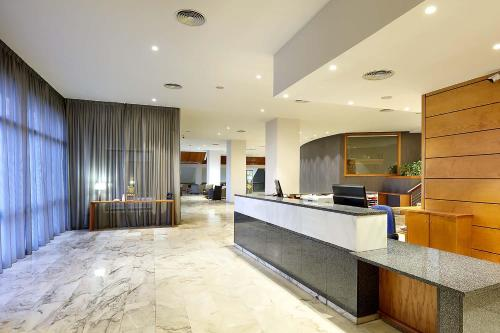 The lobby or reception area at Exe Isla Cartuja