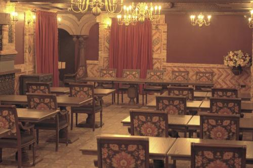 A restaurant or other place to eat at Old Town Hotel