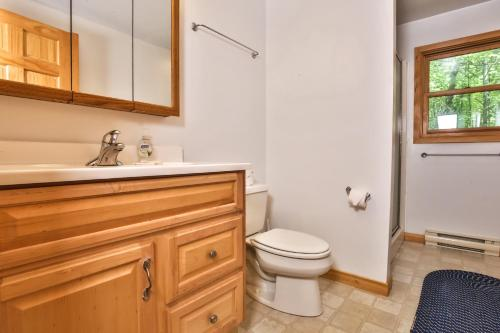 A bathroom at Hodge Podge Lodge-Hiller Vacation Homes Home
