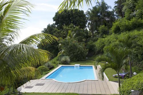 A piscina localizada em Beau Duplex 2 chambres Vue Mer Punaauia ou nos arredores