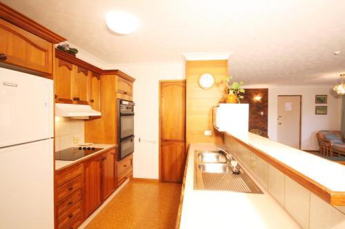 A kitchen or kitchenette at Sha na na Unit 6, 75 Edmund Street