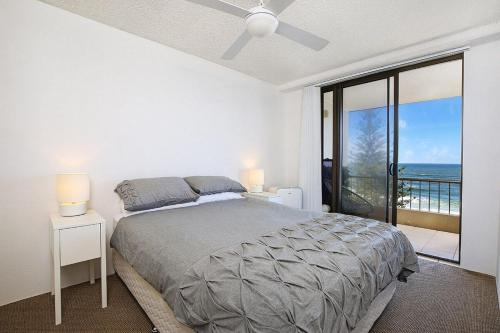 A bed or beds in a room at Edgecliffe Unit 7, 4 Bulcock Beach Esplanade Kings Beach