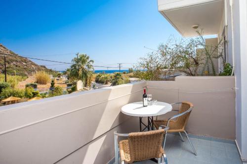 En balkong eller terrasse på Irinna Hotel-Apartments