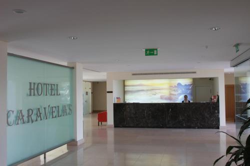 A área de receção ou átrio de Hotel Caravelas