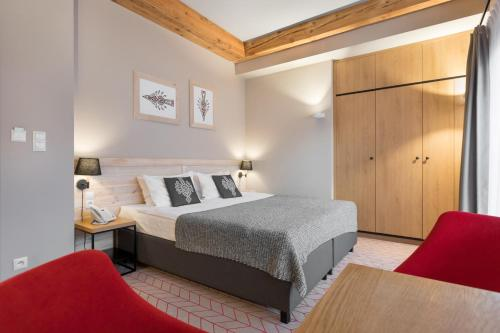A bed or beds in a room at Hotel Foluszowy Potok