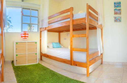Двухъярусная кровать или двухъярусные кровати в номере GAVA hostel Bavaro Punta Cana