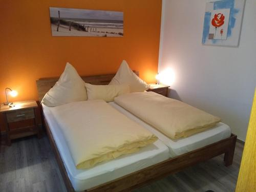 A bed or beds in a room at Naturwert Hotel Garni Ursula