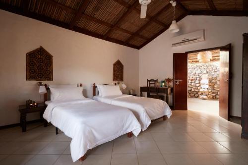 Een bed of bedden in een kamer bij Muscat Hills Resort