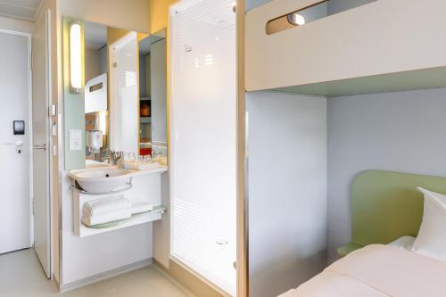 A bathroom at ibis budget Frankfurt City Ost