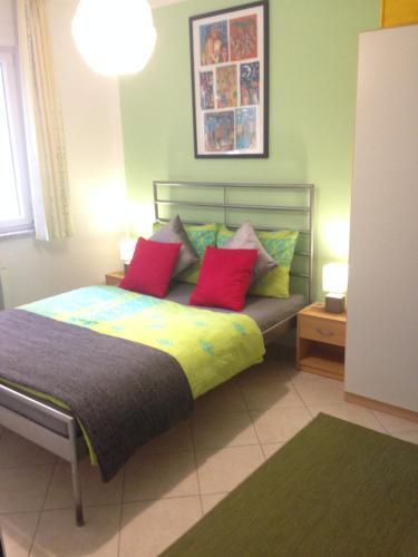 A bed or beds in a room at Ferienwohnung Nürnberg Zentrum