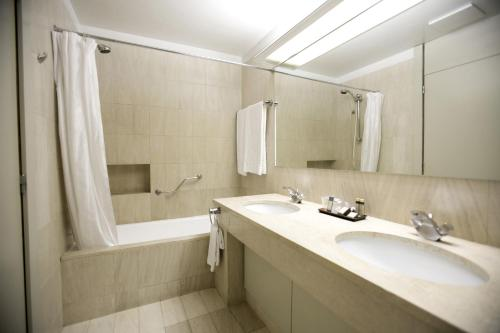 A bathroom at Hotel Solverde Spa and Wellness Center