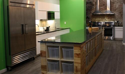 A kitchen or kitchenette at Apple Hostels of Philadelphia