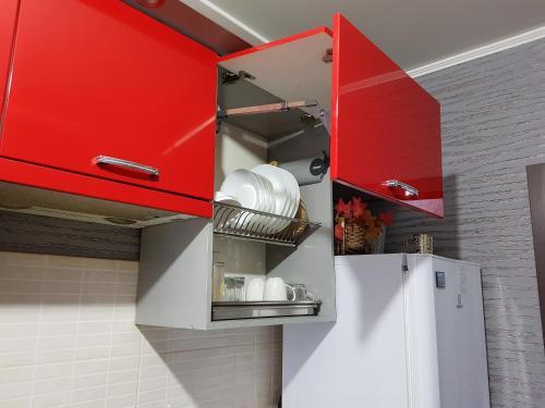Кухня или мини-кухня в Apartment on 4-ya Liniya 2