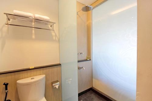 A bathroom at Hotel Santika Siligita Nusa Dua