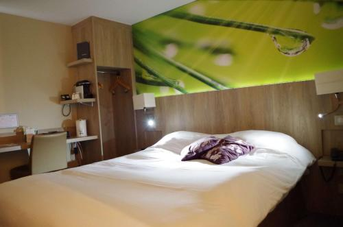 A bed or beds in a room at Best Western Amarys Rambouillet
