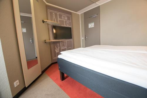 A bed or beds in a room at ibis Köln Centrum