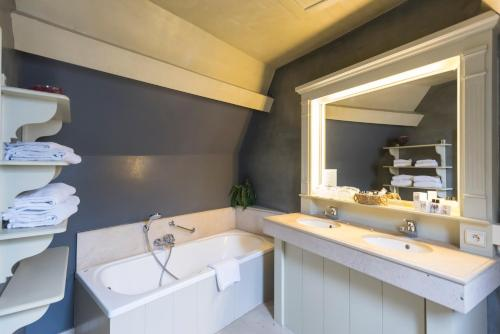 A bathroom at Hotel Ter Brughe