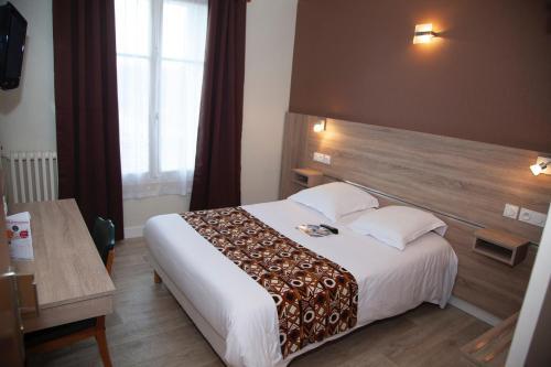 A bed or beds in a room at Hôtel La Pocatière