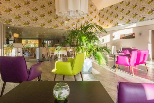 The lounge or bar area at Best Western Amarys Rambouillet